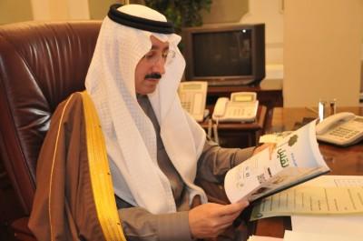الامير بدر خلال اطلاعه على العدد الأول لمجلة بر الاحساء