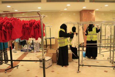 متطوعات يفرزن ملابس العيد
