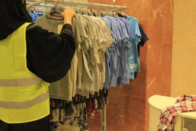 متطوعة تقوم بترتيب الملابس