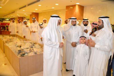 معالي مدير جامعة الملك فيصل خلال جولته في المعرض