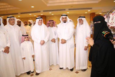 معالي مدير جامعة الملك فيصل يستمع لأحد المتطوعات