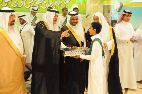 مدير عام جمعية البر يكرم احد الطلاب المتفوقين