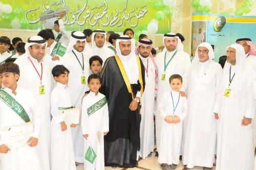 صورة تجمع المتفوقين بمدير عام جمعية البر