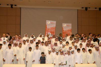 صورة جماعية للمتدريب وطاقم التدريس وإدارة المعهد وبر الأحساء