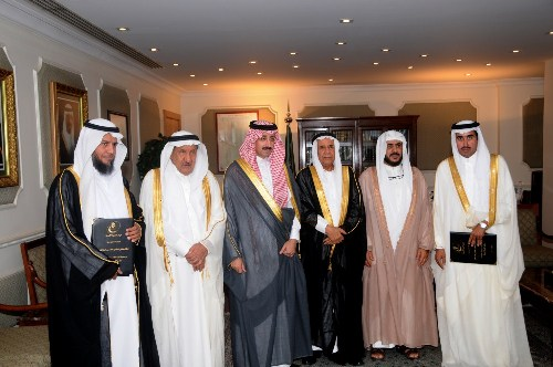 صورة جماعية بعد توقيع الاتفاقية بين جمعية البر واوقاف الجبر