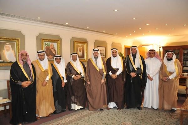 صورة جماعية تجمع الامير بدر باعضاء مجلس الادارة