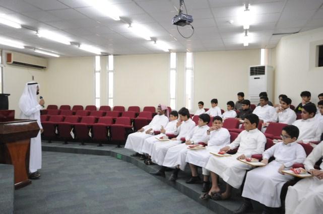 جانب من زيارة طلاب متوسطة الملك عبدالعزيز لجمعية البر بالاحساء