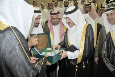 الأمير سعود بن نايف يتلقى اهداء من الجمعية